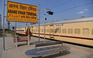 印度2岁男童被火车辗过 奇迹般竟毫发无损