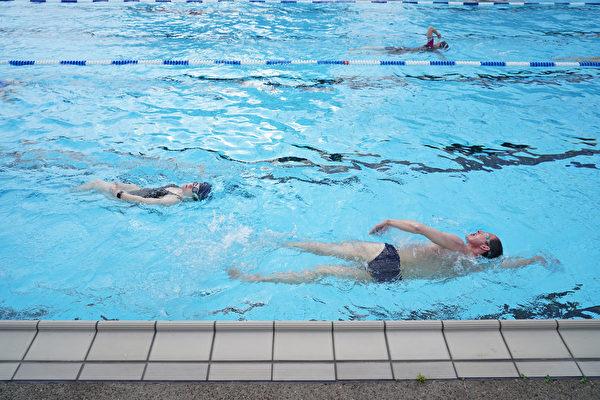 图:室内游泳池重新开放后,租用泳道和聘用救生员的额外支出或给游泳俱乐部成员带来压力。( Sean Gallup/Getty Images)