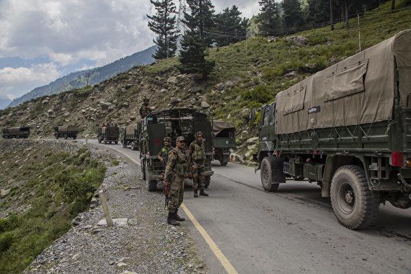 中印防長2020年9月4日舉行會晤,同意雙方降低邊境緊張局勢。圖為印度士兵在中印邊境運輸物資。(Yawar Nazir/Getty Images)