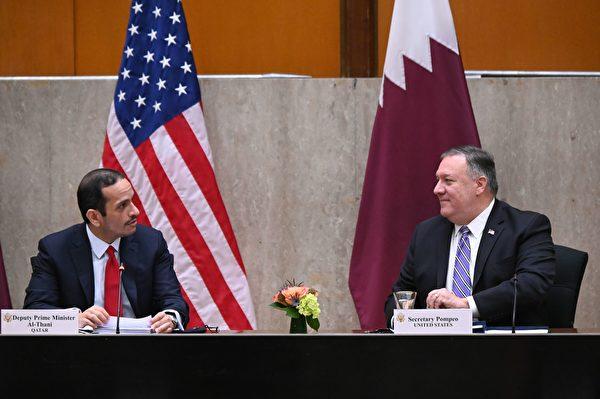 2020年9月14日,美國華盛頓特區,美國國務卿邁克・蓬佩奧(Mike Pompeo)與卡塔爾副總理穆罕默德・本・阿卜杜拉赫曼・阿勒塔尼(Mohammed bin Abdulrahman Al Thani)出席美國國務院舉行的第三屆美國與卡塔爾戰略對話年會。(ERIN SCOTT/POOL/AFP via Getty Images)