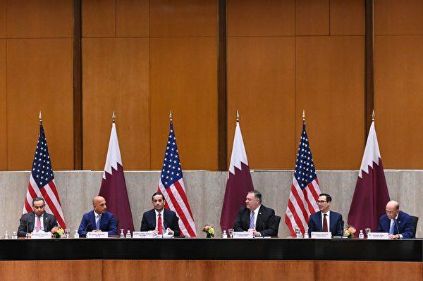 2020年9月14日,美國華盛頓特區,美國國務院舉行的第三屆美國與卡塔爾戰略對話年會,由左至右為:卡塔爾商業和工業部長阿里・本・艾哈邁德・庫瓦里(Ali bin Ahmed Al Kuwari)、卡塔爾財政部長阿里・謝里夫・阿爾・阿馬迪(Ali Sharif Al Emadi)、卡塔爾副總理穆罕默德・本・阿卜杜拉赫曼・阿勒塔尼(Mohammed bin Abdulrahman Al Thani)、美國國務卿蓬佩奧、美國財政部長史蒂芬・姆欽(Steven Mnuchin)和美國商務部長威爾伯・羅斯(Wilbur Ross)。(ERIN SCOTT/POOL/AFP via Getty Images)