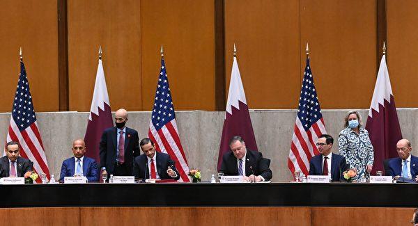 為了促進美國與卡塔爾的雙邊關係,兩國也簽署了一份合作備忘錄,並將2021年定為美國-卡塔爾文化年。圖為蓬佩奧和阿爾塔尼正在簽署備忘錄。 (ERIN SCOTT/POOL/AFP via Getty Images)