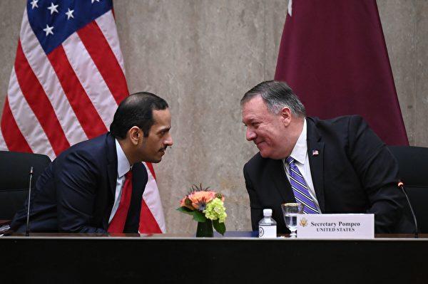 2020年9月14日,美國華盛頓特區,美國國務卿邁克・蓬佩奧(Mike Pompeo)與卡塔爾副總理穆罕默德・本・阿卜杜拉赫曼・阿勒塔尼(Mohammed bin Abdulrahman Al Thani)交談。(ERIN SCOTT/POOL/AFP via Getty Images)