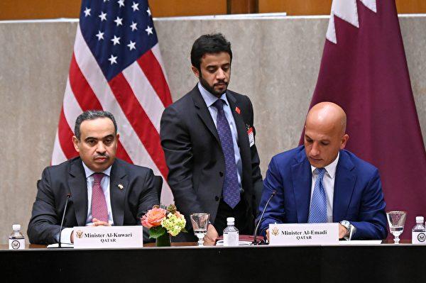 2020年9月14日,美國華盛頓特區,卡塔爾財政部長阿里・謝里夫・阿爾・阿馬迪(Ali Sharif Al Emadi,右)和卡塔爾商業和工業部長阿里・本・艾哈邁德・庫瓦里(Ali bin Ahmed Al Kuwari)出席美國國務院舉行的第三屆美國與卡塔爾戰略對話年會。(ERIN SCOTT/POOL/AFP via Getty Images)