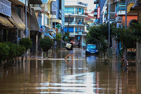 组图:希腊遭飓风艾诺斯侵袭 街道淹没桥梁损坏