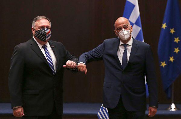 2020年9月28日,美國國務卿邁克‧蓬佩奧和希臘外長尼科斯‧丹迪亞斯(Nikos Dendias)在希臘北部城市塞薩洛尼基舉行的會議上互碰手肘。美國除了將與希臘簽署雙邊科技協議,還表示支持希臘在國際法的基礎上,和平解決與土耳其的海事爭端。 (GIANNIS PAPANIKOS/POOL/AFP via Getty Images)