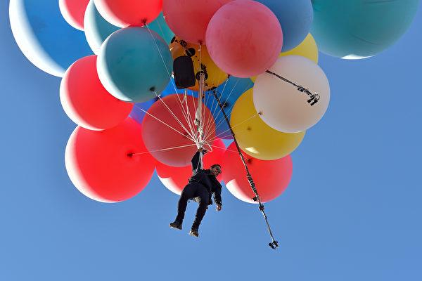 高度达7600米 美魔术师靠一束气球飞越沙漠