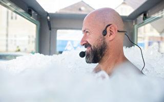 奥地利男子全身浸冰块2.5小时 可望破世界纪录