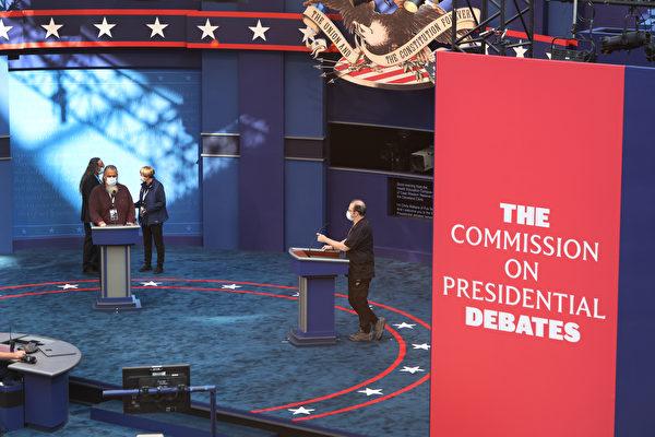 特朗普和拜登的首場辯論會在俄亥俄州克利夫蘭(Cleveland)舉行。工作人員在準備。(Scott Olson/Getty Images)