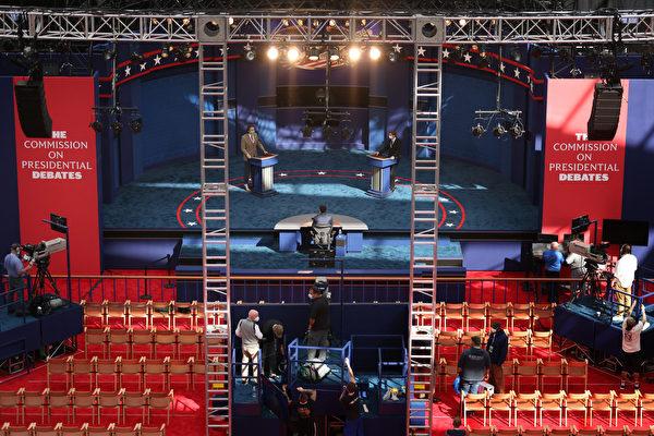 特朗普和拜登的首場辯論會在俄亥俄州克利夫蘭(Cleveland)舉行。工作人員在準備。(Win McNamee/Getty Images)