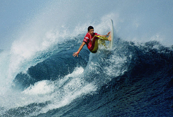 西澳洲瑪格麗特河(Margaret River, WA)是世界上最佳的大浪衝浪點之一,沿岸有超過40個頂級而壯觀的衝浪點。圖爲2002年4月19日法國衝浪選手Michael Picon在瑪格麗特河參加衝浪比賽。(Getty Images)