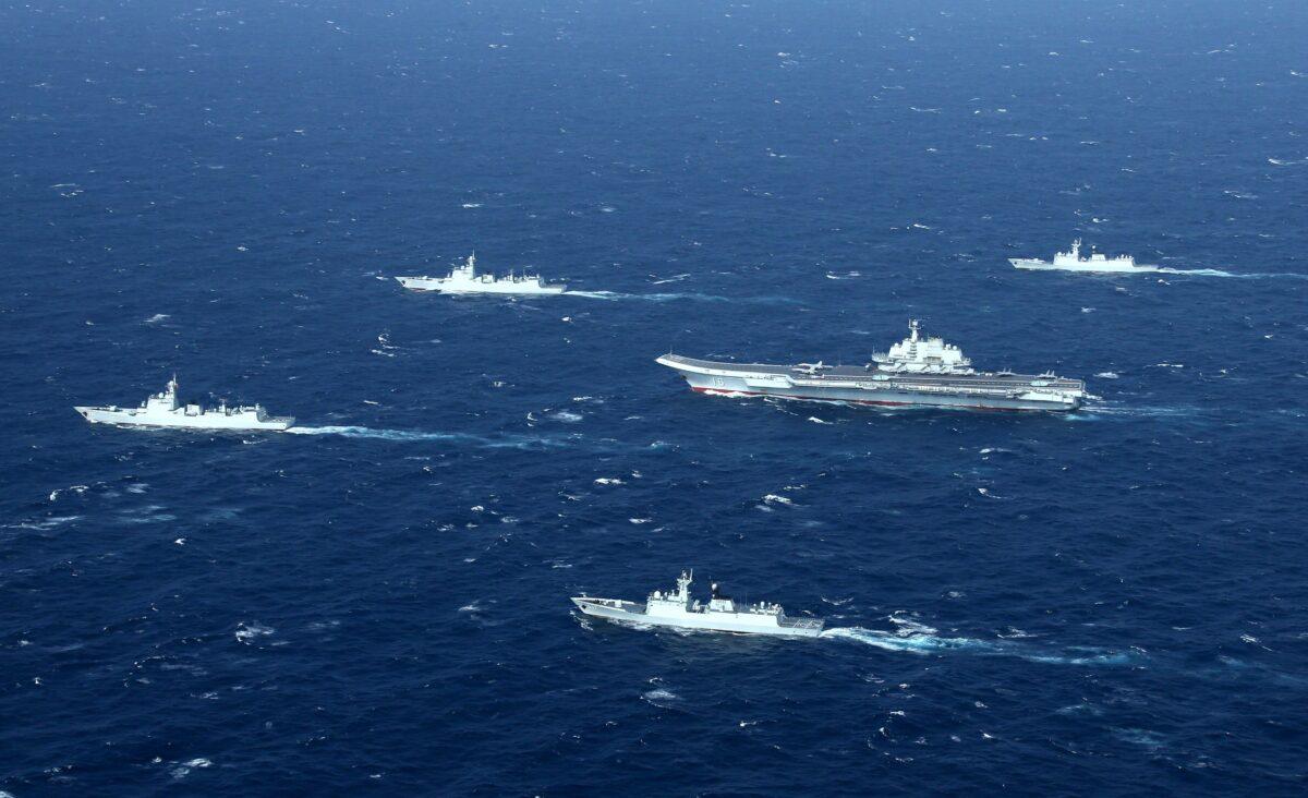 2017年1月2日,包括遼寧號航空母艦(中)在內的中國海軍編隊在南中國海進行軍事演習。(STR/AFP via Getty Images)