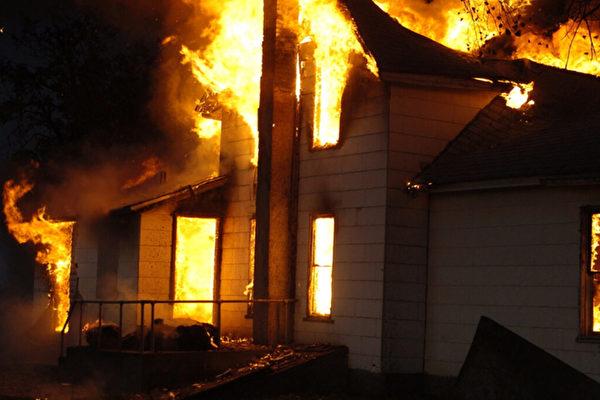大火吞噬房屋前 愛犬吠叫救了主人一家
