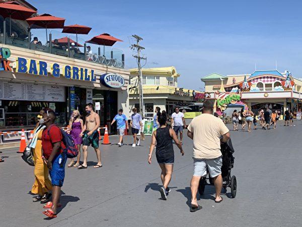 2020年的勞動節長周末,天氣格外怡人,風和日麗、秋高氣爽。快樂點市的海灘上一早就來了很多的遊客。(鐘仁/大紀元)