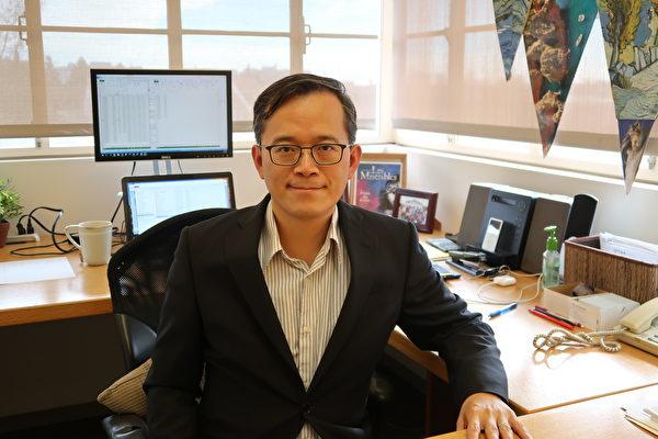 加州大學洛杉磯分校(UCLA)安德森管理學院經濟學家俞偉雄(William Yu)祝賀法輪功創始人李洪志大師中秋節快樂。圖為2018年4月俞偉雄接受專訪資料照。(徐繡惠/大紀元)