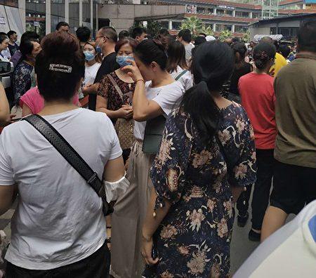 日前,重慶市「滿城房產」跑路,導致租客與房東維權,但無任何結果,互相推諉。(受訪者提供)