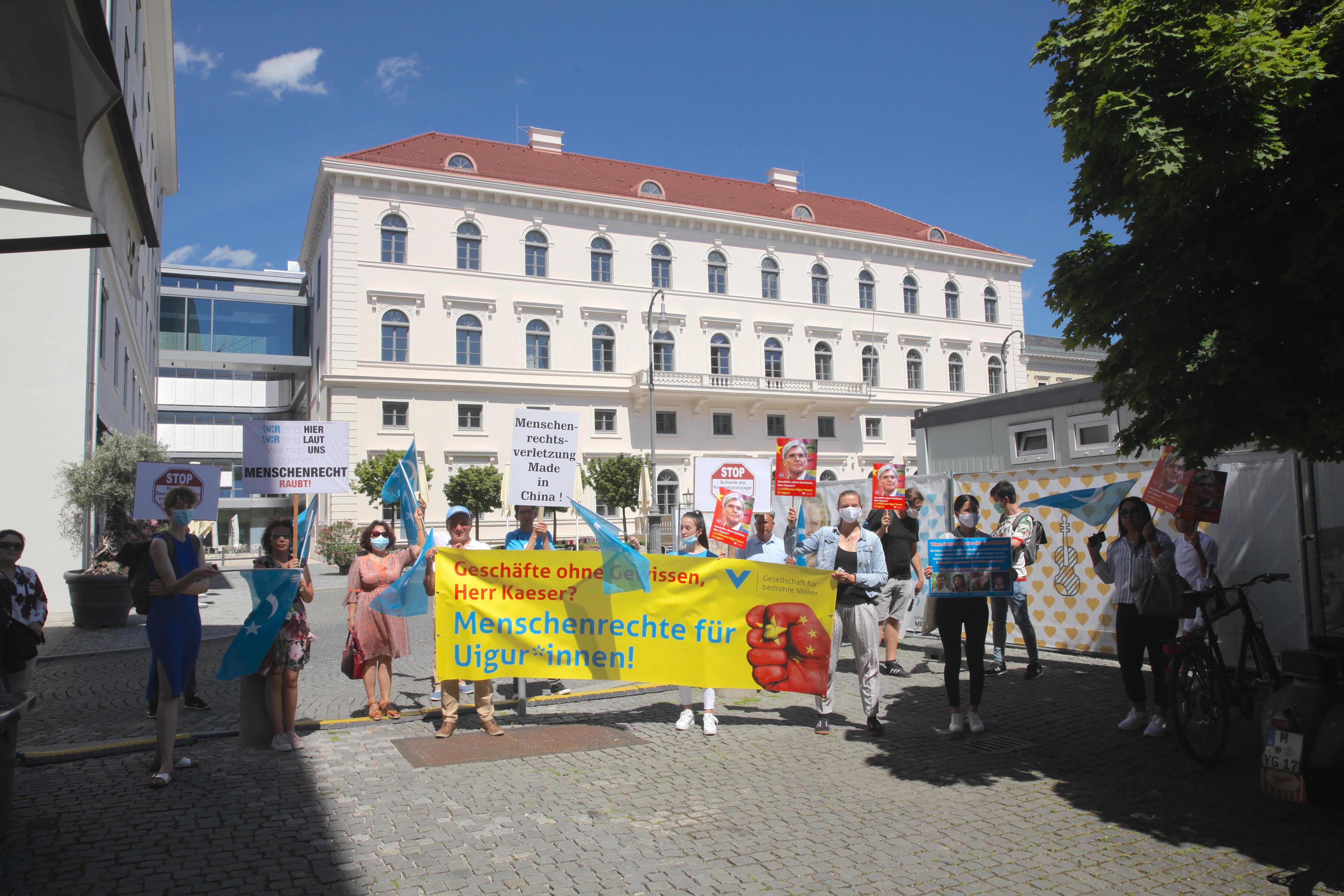 「為了被脅迫民族協會(GfbV)」和世維大會於2020年7月27日在德國慕尼黑西門子總部前抗議,西門子與「中國科技電子集團」有合作,該公司也製作一款監控應用程式。很多維吾爾人被送進再教育營。(黃芩/大紀元)