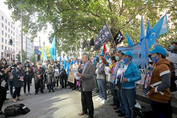 世維大會主席多利坤(Dolkun Isa)在集會上發言,抗議中共對維吾爾人的迫害。(黃芩/大紀元)