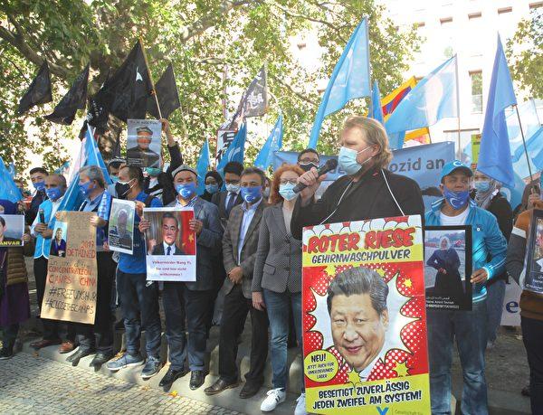 此次活動組織者之一、德國「為了被脅迫民族協會(GfbV)」項目負責人賽德勒(Hanno Schedler)在集會上發言。(黃芩/大紀元)