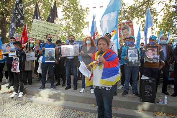 西藏代表在大會上發言,抗議中共對西藏的迫害,呼籲全世界警惕中共。(黃芩/大紀元)