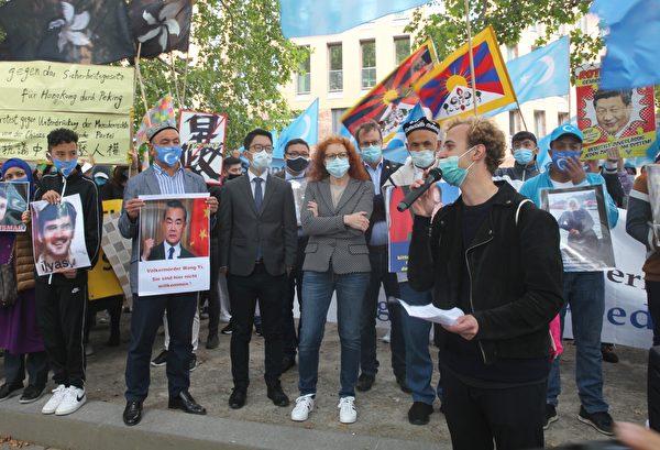德國青年猶太聯盟成員、「此刻就永不再犯」運動負責人尤沙寇夫(Mischa Ushakov)也到場發言,提醒德國從此刻開始就「永不再犯」。(黃芩/大紀元)