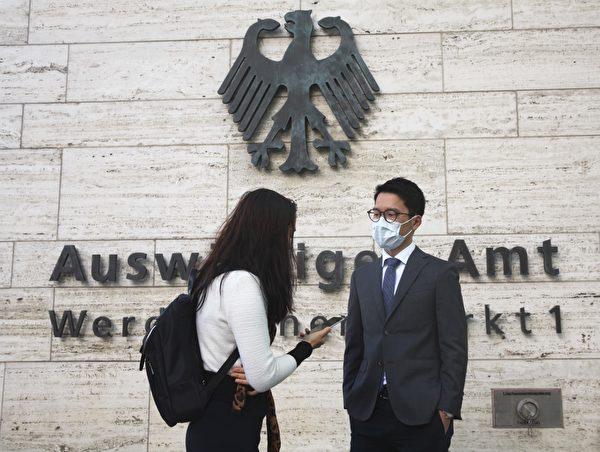 前香港立法委員、眾志創黨主席羅冠聰在德國外交部前接受記者採訪。(黃芩/大紀元)