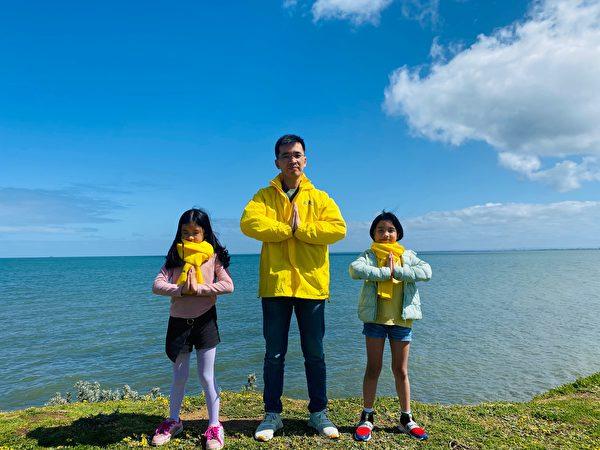 墨爾本法輪功學員Viet Hoang(中)、小女兒Anna Hoang(左)、大女兒Katie Hoang(右)祝願李洪志師父中秋快樂。(本人提供)