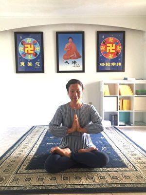 李城芳在煉法輪功第五套功法神通加持法。(本人提供)