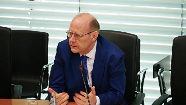 2020年9月14日,德國國會請願委員會舉行公開聽證會:減少對中國的經濟依賴。圖為請願人柏林律師威爾克(Thomas Wilke)。(大紀元圖片)