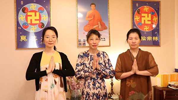 墨爾本法輪功學員Teresa Zhu(中)、Rita Li(左)和Shuling Niu祝願李洪志師父中秋快樂。(本人提供)