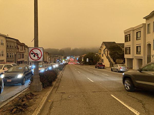 2020年9月9日,三藩市灣區的天空被山火煙塵遮蔽,呈暗紅色。圖為中午時分三藩市市車輛都打開頭燈行駛。(大紀元)