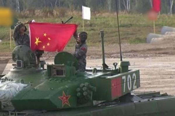 国际军事赛共军出糗 国旗拿反 炮手晕倒