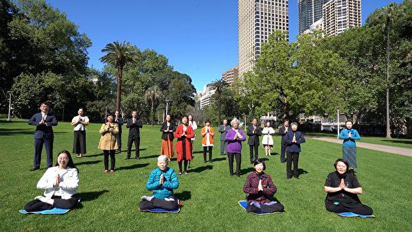 澳洲悉尼部份法輪功學員恭祝師尊李洪志先生中秋快樂。(新唐人)