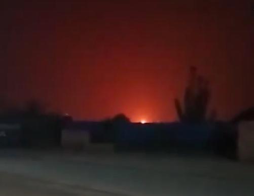 今天(30日)凌晨河南洛陽市一間化工廠發生大爆炸。爆炸後,火光染紅天際。(視頻截圖)
