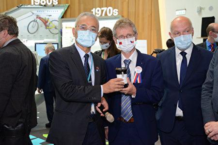 捷克议长维特齐参观工研院的防疫科技,称赞疫开罐真的很厉害!
