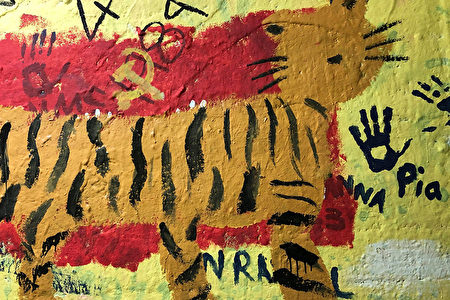 UR「中國學生會」率學生用中共標誌、顏色與老虎等圖案覆蓋原先港台學生的人權訴求。(戴維提供)