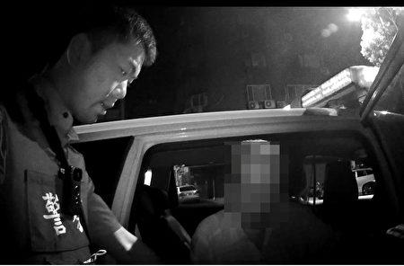 七旬迷途老翁瘫坐路旁,暖警即时救援助返家。