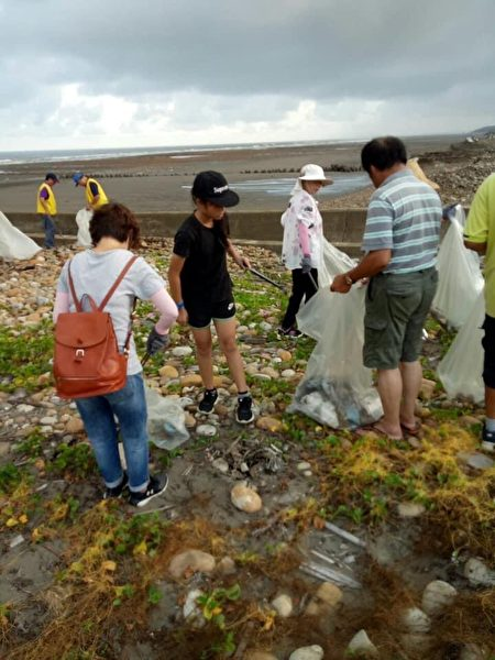 為維護海洋生態環境,新豐鄉公所舉辦全民總動員淨灘活動。