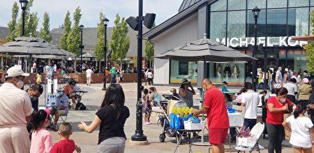 購物中心內的小販忙得不亦樂乎。