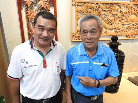 高明寺常务董事沈辉林(右),是高基培就读东石三江国小的恩师,在接受采访时,盛赞高基培(左)经常义卖作公益,令人引以为荣。