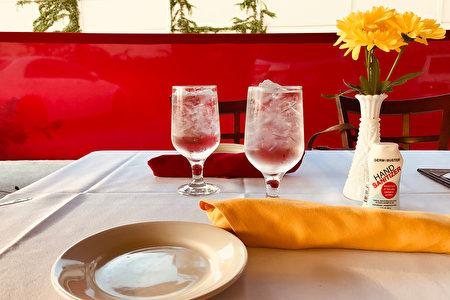 Marbella的户外用餐区虽然在酒店停车场,但布置用心不马虎。