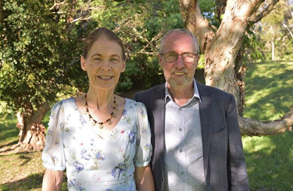 2020年9月26日下午,澳洲昆士蘭黃金海岸伊甸公園,勞拉和約翰祝大法師父中秋節快樂。他們在法輪大法中找到了一生的精神追求,感恩大法師父慈悲呵護。(大紀元/Jenny Lai)
