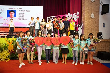 罗俊明主任(后排右4)看到两位他初任教师时的学生特别前来献花,非常惊喜又感动,一排为北兴团队也献上祝福。