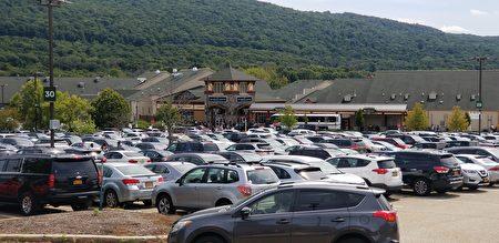 中午12點多,購物中心停車場已一位難求。