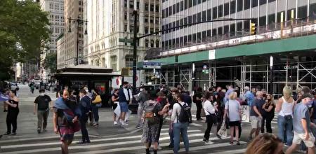 紐約市餐館業主9月14日早聚集在市政廳花園前,要求市府給予支持與政策指南。