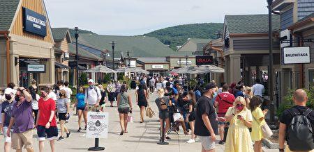 購物中心內人們戴著口罩逛街。