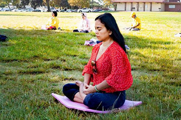 剛修煉幾個月的越南裔學員Thaoby表示,這是她第二次煉法輪功第五套功法。(周容/大紀元)