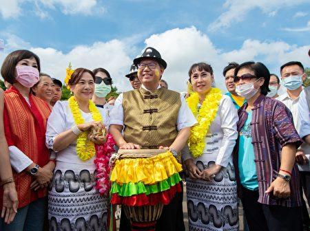 桃园市长郑文灿与与会来宾合影。