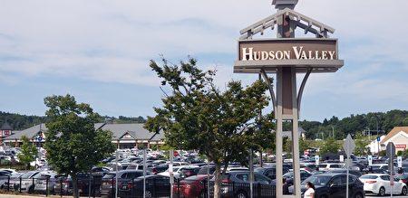 購物中心內環的停車場早已爆滿。