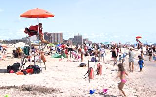 不惧疫情 纽约人康尼岛海滩享受劳工节